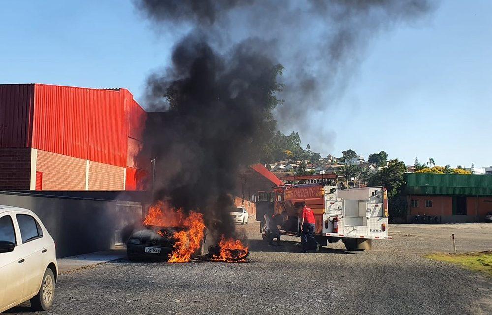 Mulher denuncia ex-companheiro e tem carro incendiado próximo de delegacia em SC