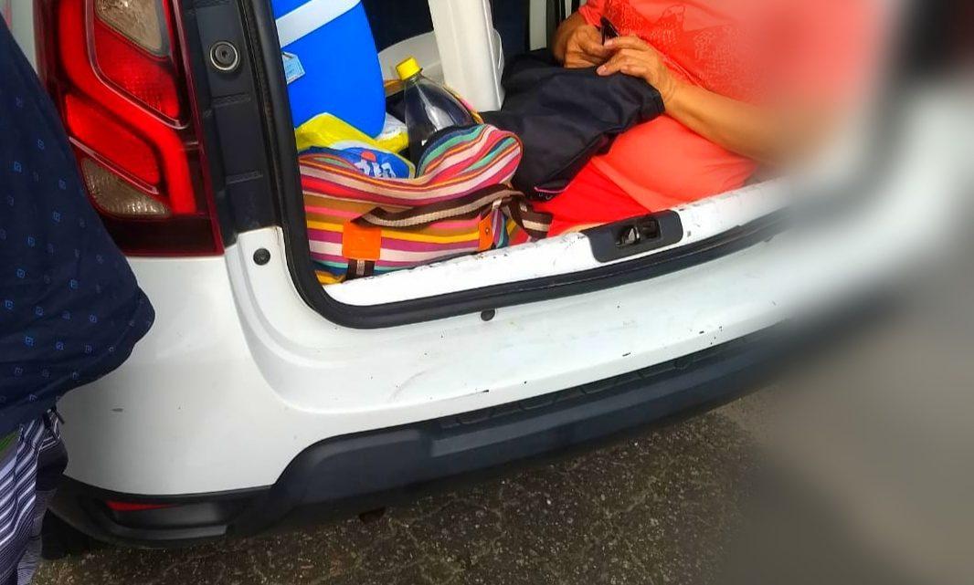 Polícia flagra genro transportando sogra no porta-malas em SC
