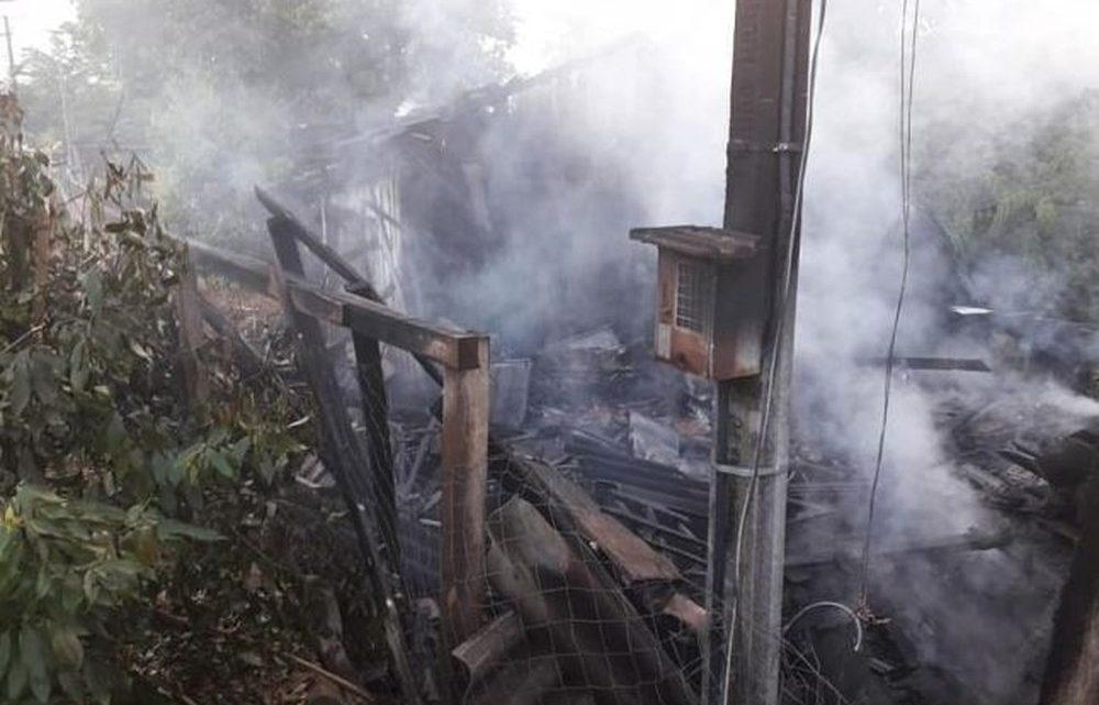 Bombeiros encontram dois corpos carbonizados durante incêndio em casa no Oeste de SC