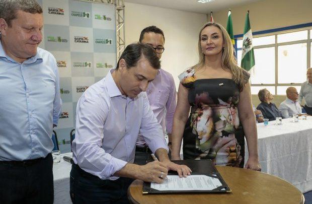 Governador assina convênio para contorno viário oeste de Chapecó e confirma mais recursos para a região