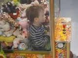 Criança de 4 anos fica presa dentro de máquina de pegar bichinhos no Oeste