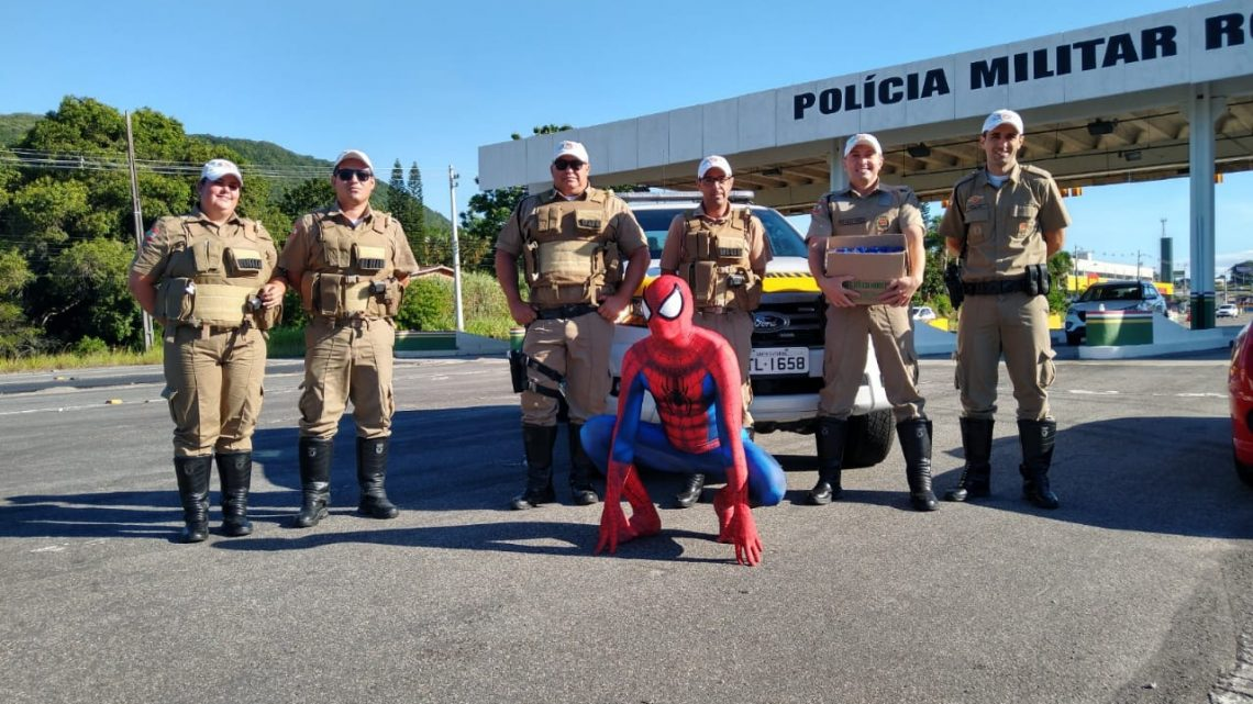 Ajuda de herói: Homem Aranha doa álcool em gel para Polícia Militar Rodoviária de SC