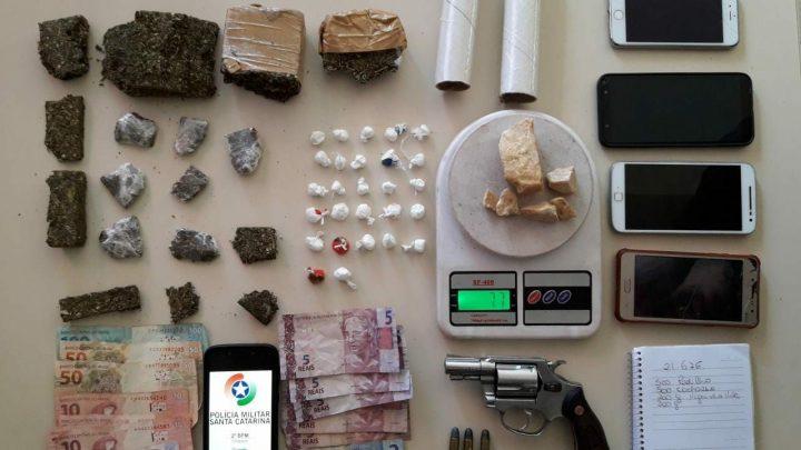 PM apreende drogas, arma de fogo e detém quatro indivíduos no loteamento Rosana em Chapecó