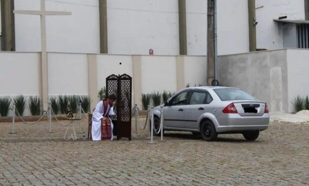 """Padre faz confissão de fiéis em """"drive thru"""" por causa do coronavírus em SC"""