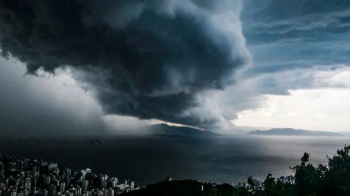 Defesa Civil de SC emite alerta para ciclone extratropical nesta segunda feira