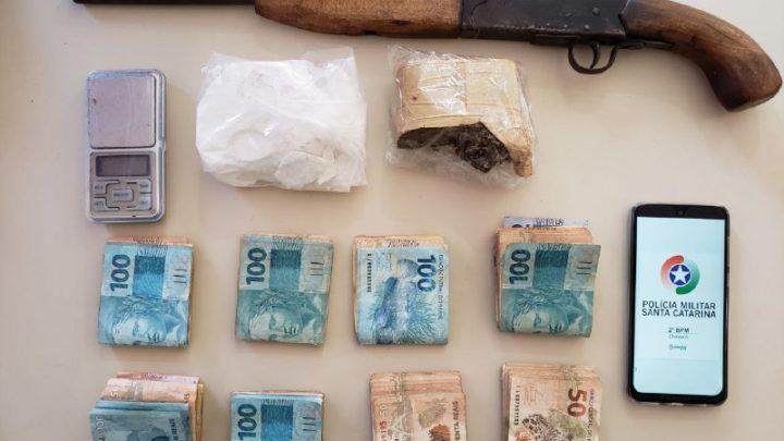Homem é preso por tráfico de drogas e posse ilegal de arma de fogo no Jardim Itália