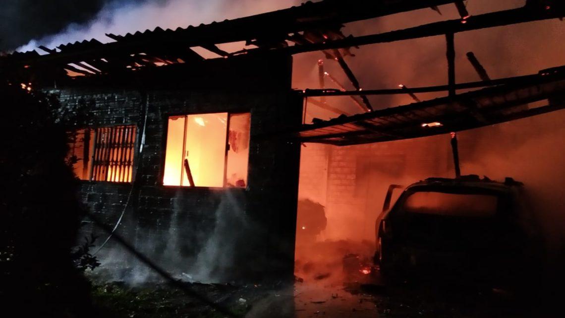 Fogo destrói casa e dois automóveis no interior de Xaxim