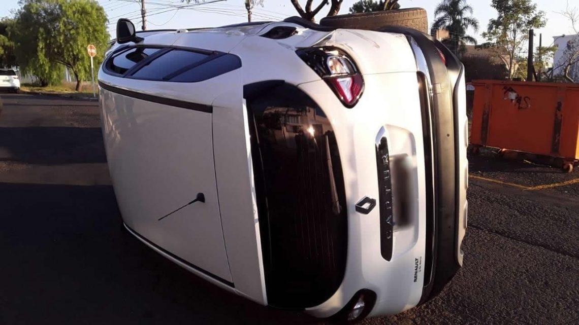 Veículo tomba após acidente no bairro Maria Goretti