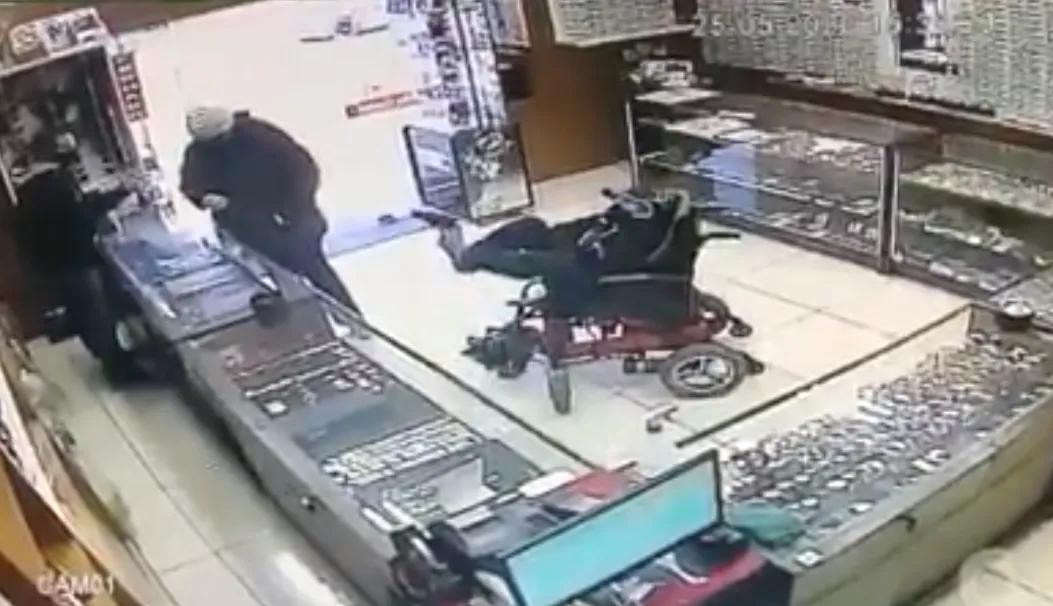 Vídeo: Cadeirante assalta relojoaria com arma no pé