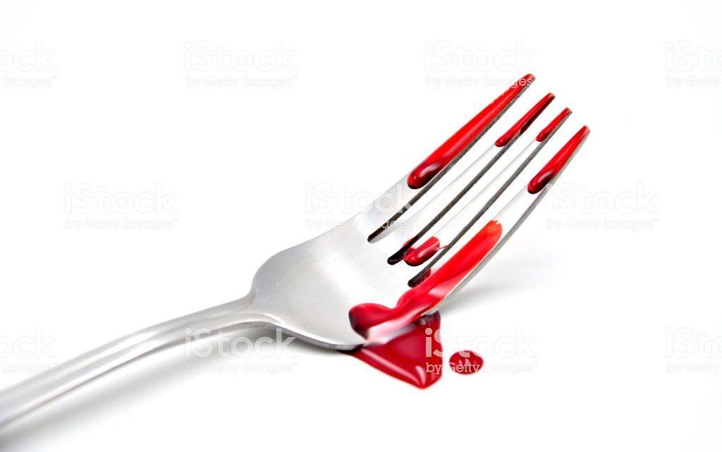 Durante churrasco, homem tenta matar o padrasto com um garfo em SC