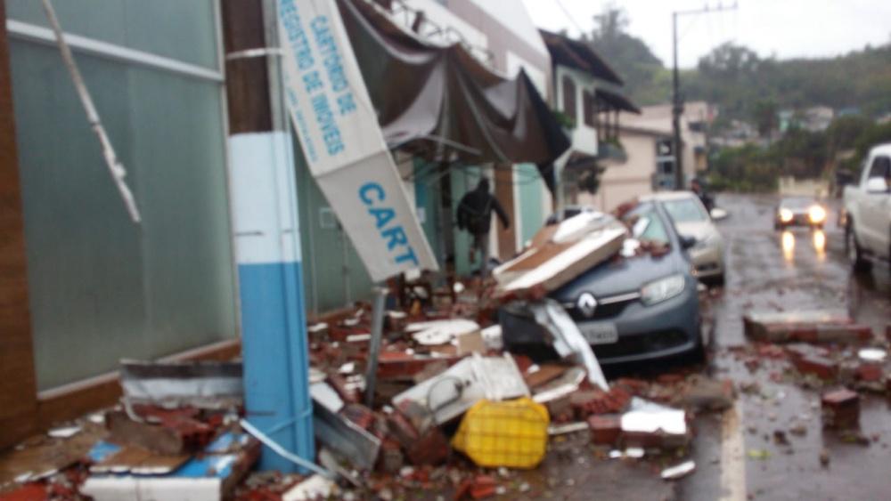Forte temporal causa estragos em Mondaí