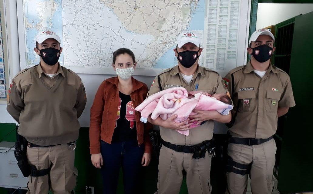 Bebê engasgada é salva por policiais rodoviários em SC