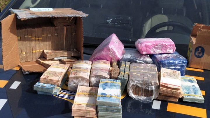 PRF apreende 560 mil reais em espécie sendo transportado de SC para o RS