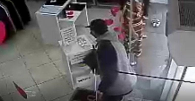 Vídeo – Homem furta calcinhas e camisas em loja no centro de Ouro
