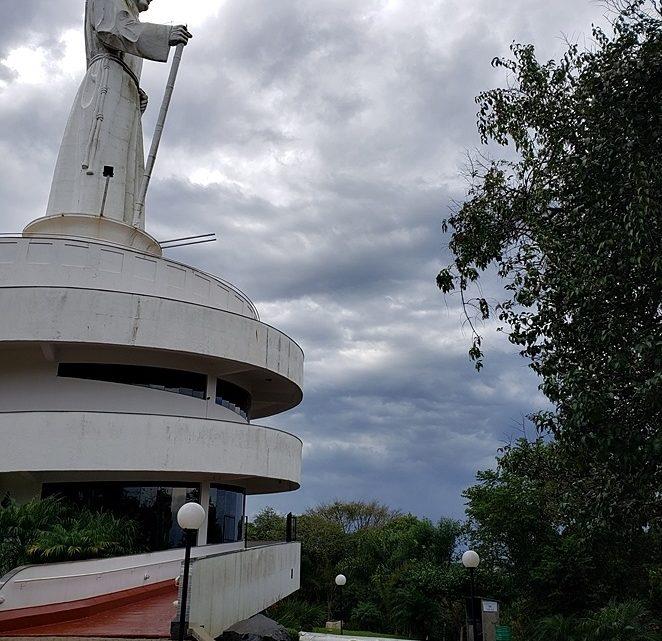 Vendaval arranca cajado do Monumento Frei Bruno em Joaçaba