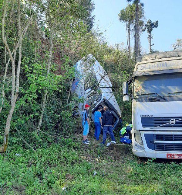 Onze pessoas ficam feridas após coletivo despencar em ribanceira em Seara