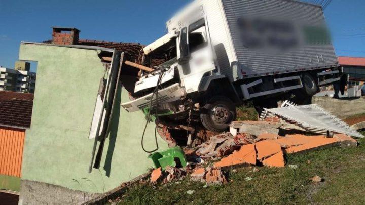 Caminhão desgovernado sai da pista e destrói residência em SC
