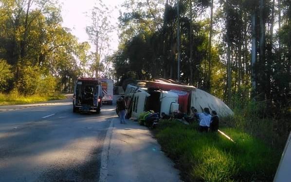 Saqueadores levam quase 15 toneladas de batatas pré-fritas de caminhão tombado na BR-470
