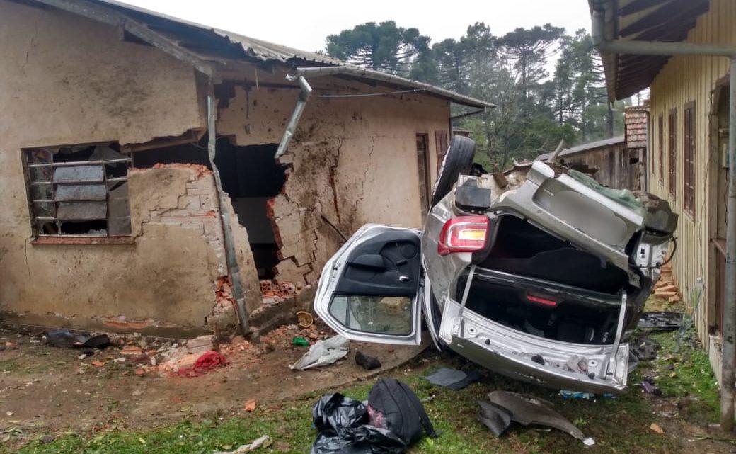 Veículo capota e atinge residência na SC-112 em Rio Negrinho