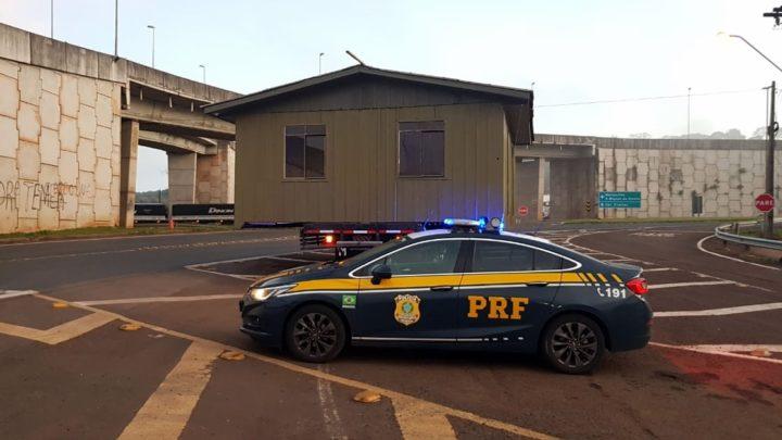 PRF flagra casa sendo transportada por caminhão na BR-480 em Chapecó