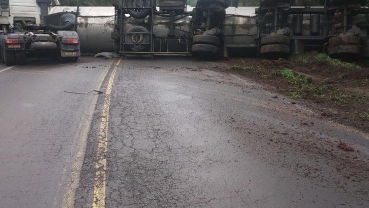 Carreta tanque sai da pista e tomba na BR-153