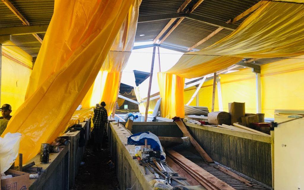 Três pessoas caem de uma altura de 5 metros após telhado ceder em Ponte Serrada