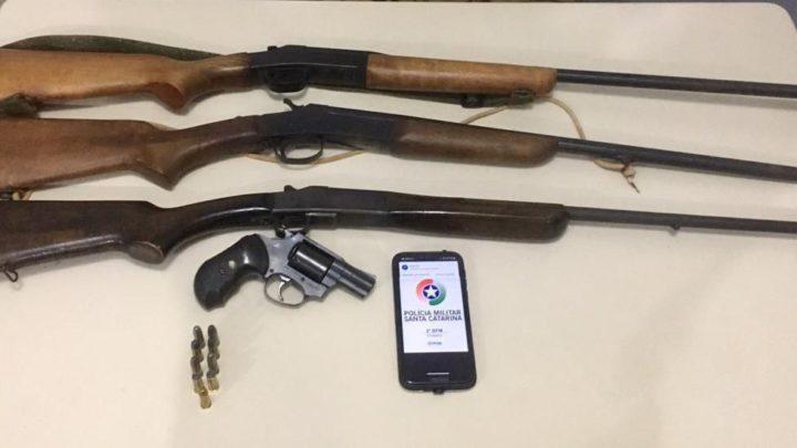 Após ameaçar companheira com arma de fogo, homem é preso e teve armas apreendidas no interior de Chapecó