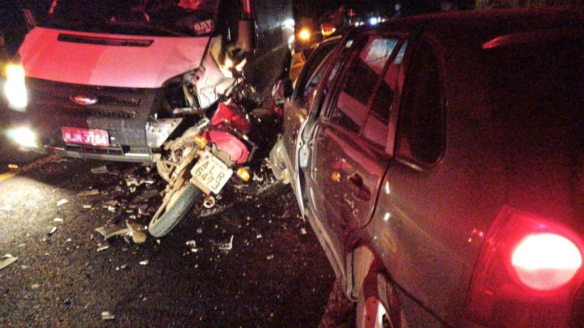Acidente entre dois carros e uma moto deixa feridos na SC 283 em Planalto Alegre