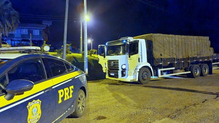 PRF apreende 250 mil maços de cigarros contrabandeados e recupera caminhão roubado na BR-153 em Água Doce