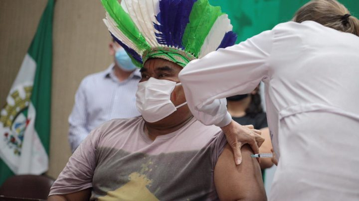 Profissionais da saúde e vice-cacique são os primeiros vacinados em Chapecó