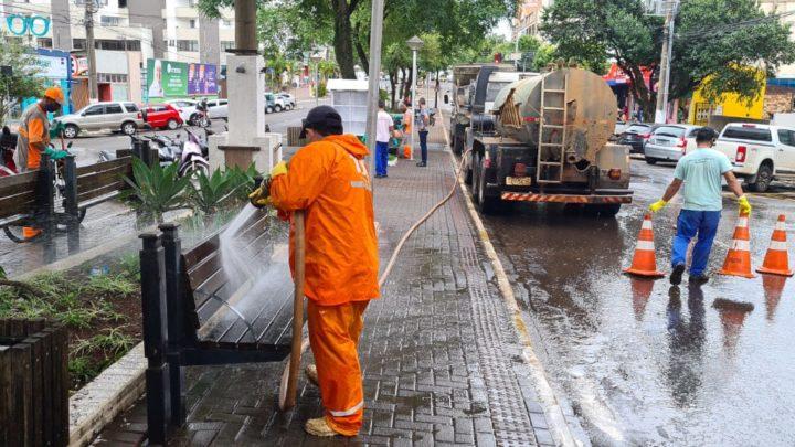 Prefeitura faz limpeza da Avenida Getúlio Vargas