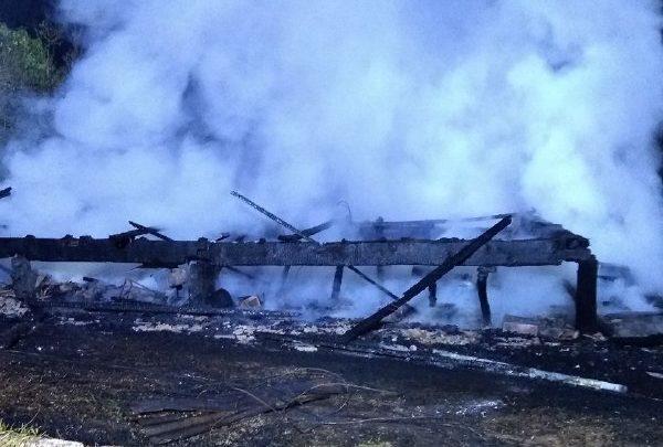 Fábrica de móveis é destruída pelo fogo no distrito de Fernando Machado