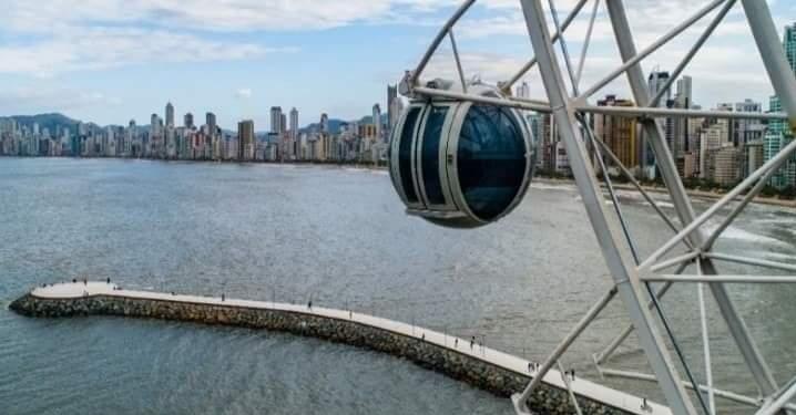 Casal usa cabine da roda gigante para fazer sexo em Balneário Camboriú