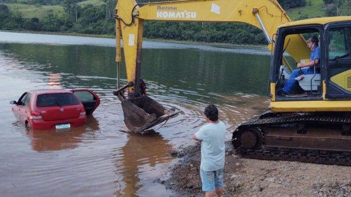 Veículo desanda e afunda no lago da Usina de Itá