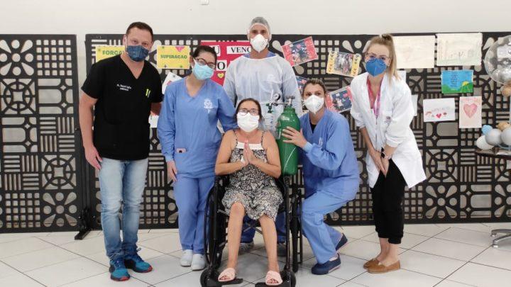 """""""Aqui não é o Centro de Eventos, é o Centro de Salvação"""", diz paciente que teve alta após 24 dias em Chapecó"""
