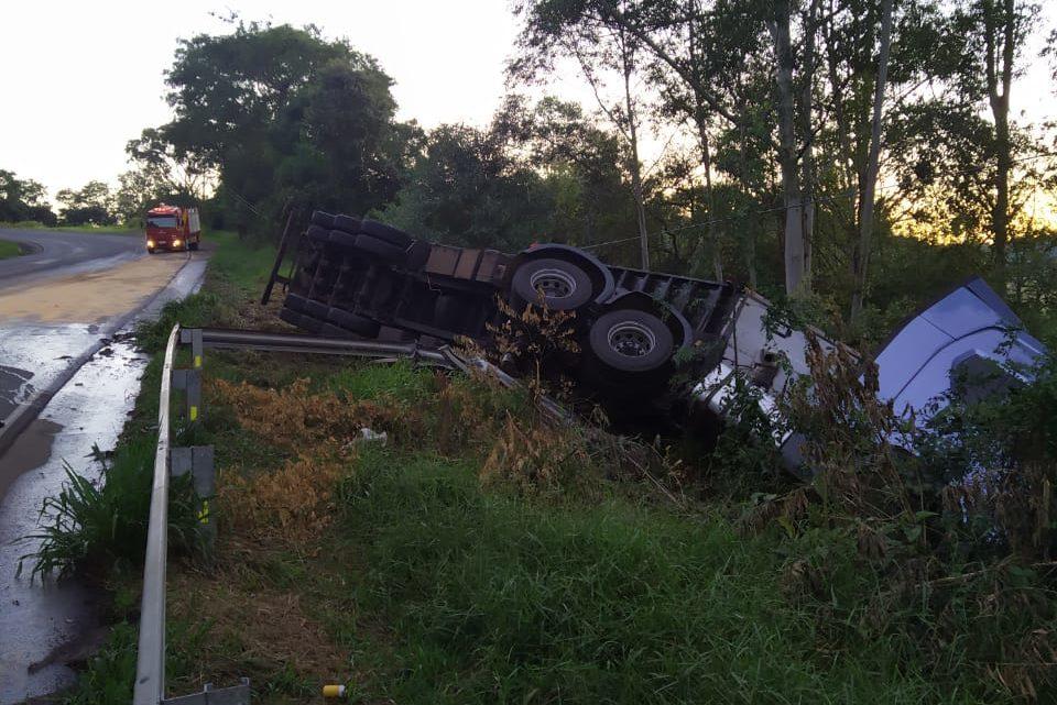 Caminhão sai da pista e tomba na rodovia SC-157