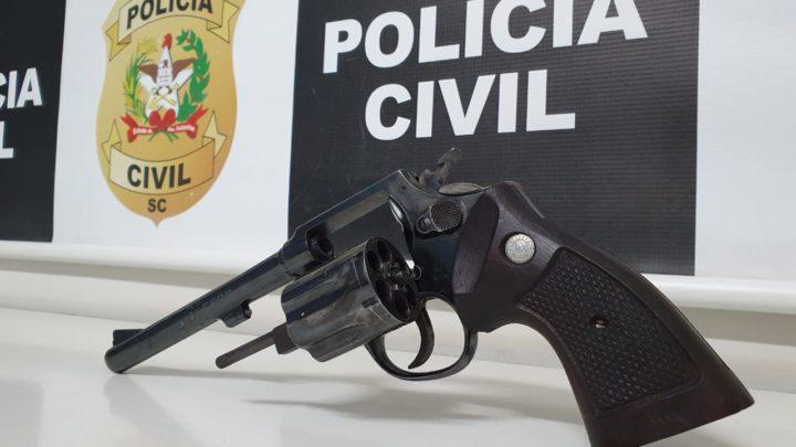 Polícia Civil prende dois homens em flagrante por tráfico de drogas e posse arma de fogo em Chapecó