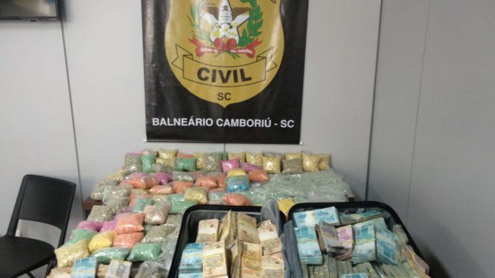 Polícia Civil apreende cerca de R$ 900 mil e 100 mil comprimidos de ecstasy em operação contra organização criminosa em SC