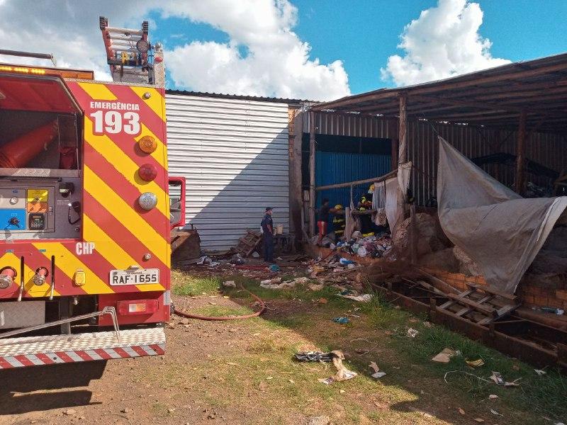 Depósito de reciclagem pega fogo no bairro Efapi