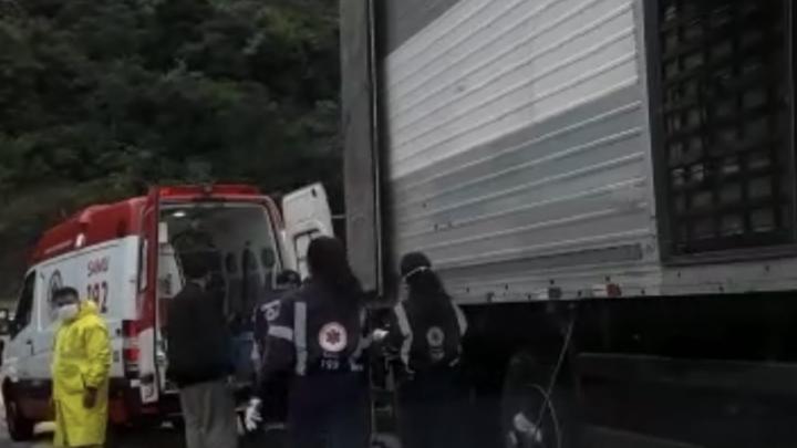 URGENTE: Caminhão sem freio tomba na cabeceira da ponte do Goio-En em Chapecó