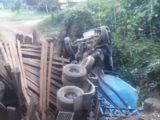 Vídeo: Ponte cede e caminhão tomba no interior de Nova Itaberaba