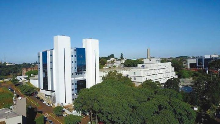 Bebê ferido em ataque a creche em Saudades está internado na UTI com quadro estável, diz hospital