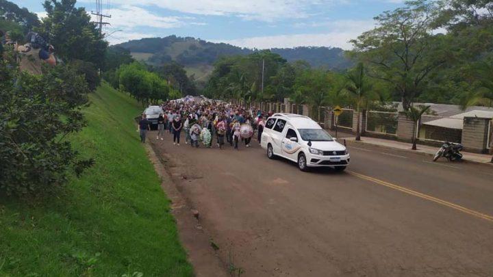 Despedida: população de Saudades faz caminhada até cemitério para o enterro das vítimas do atentado