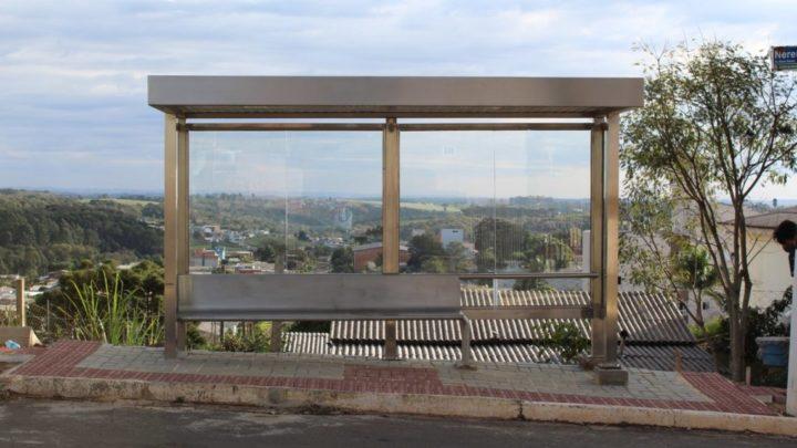 Liminar suspende contrato e bloqueia parcialmente bens de empresa que construiu pontos de ônibus em desacordo com o projeto no Município de Chapecó