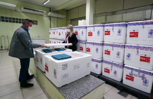 Governo de SC recebe mais 309 mil doses e reforça pedido para que população tome as duas doses da vacina