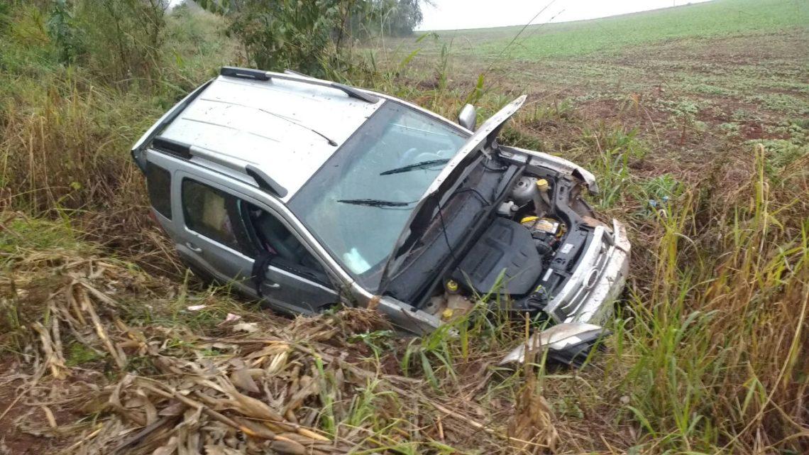 Motorista fica ferido após capotar seu veículo na BR 282 em Pinhalzinho