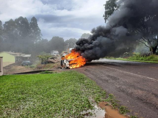 Veículo fica destruído ao ser atingido por incêndio na SC-163