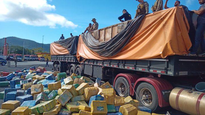 Vídeos e imagens: ação conjunta PRF, PF e PM faz mega-apreensão de 24,27 toneladas de maconha escondida em carga de soja na BR 282 em Rancho Queimado