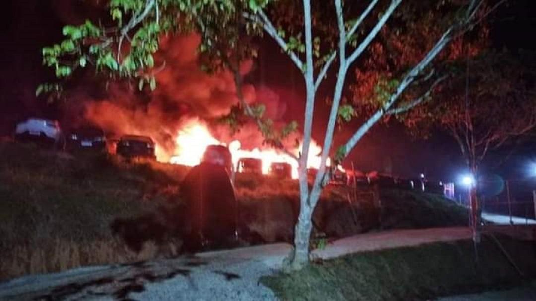 Incêndio criminoso em pátio de carros apreendidos deixa 14 veículos destruídos pelo fogo em SC