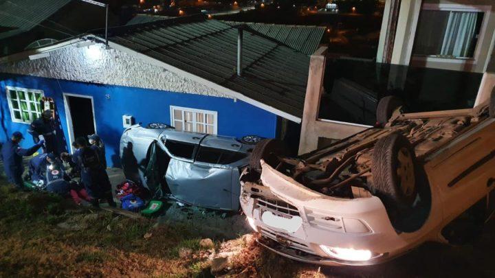 Vídeo: carro atropela moradores que prestavam apoio a motorista de outro acidente em SC